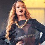 Rihanna slaat fan met microfoon