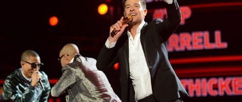 Robin Thicke doet 'Blurred Lines' live bij BET Awards