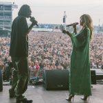 Rita Ora op podium bij Snoop Lion