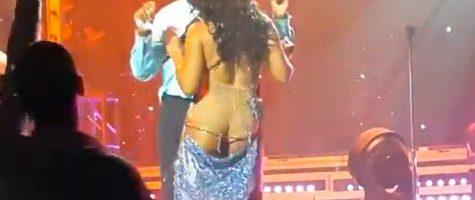 Toni Braxton laat ass-crack zien op podium