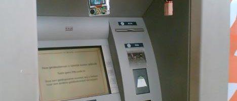 Bankpas 'opgegeten'? Blijf staan en bel de politie