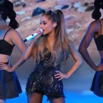 Ariana Grande zoent met ander meisje