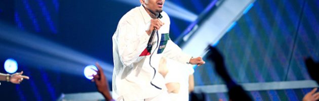 Chris Brown doet medley bij BET Awards 2015