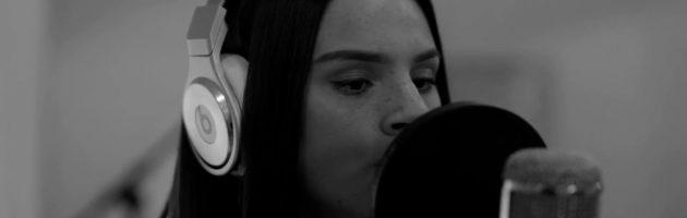 "Famke Louise dropt akoestische versie Op Me Monnie ""zonder autotune"""