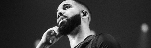 Drake noemt Trump 'fucking idiot' tijdens show