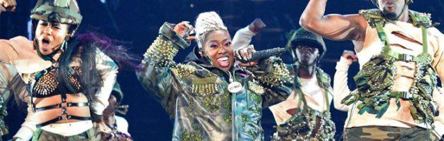 Missy Elliott ontvangt Vanguard Award en doet medley