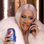 Cardi B schittert in Pepsi's Kerst commercial