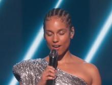Alicia Keys eert Kobe Bryant en dochter bij Grammy's