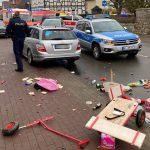 Auto rijdt in op carnavalsoptocht in Duitsland